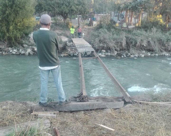 """Vecinos debieron construir pasarela artesanal para tener """"acceso"""" a la ciudad"""