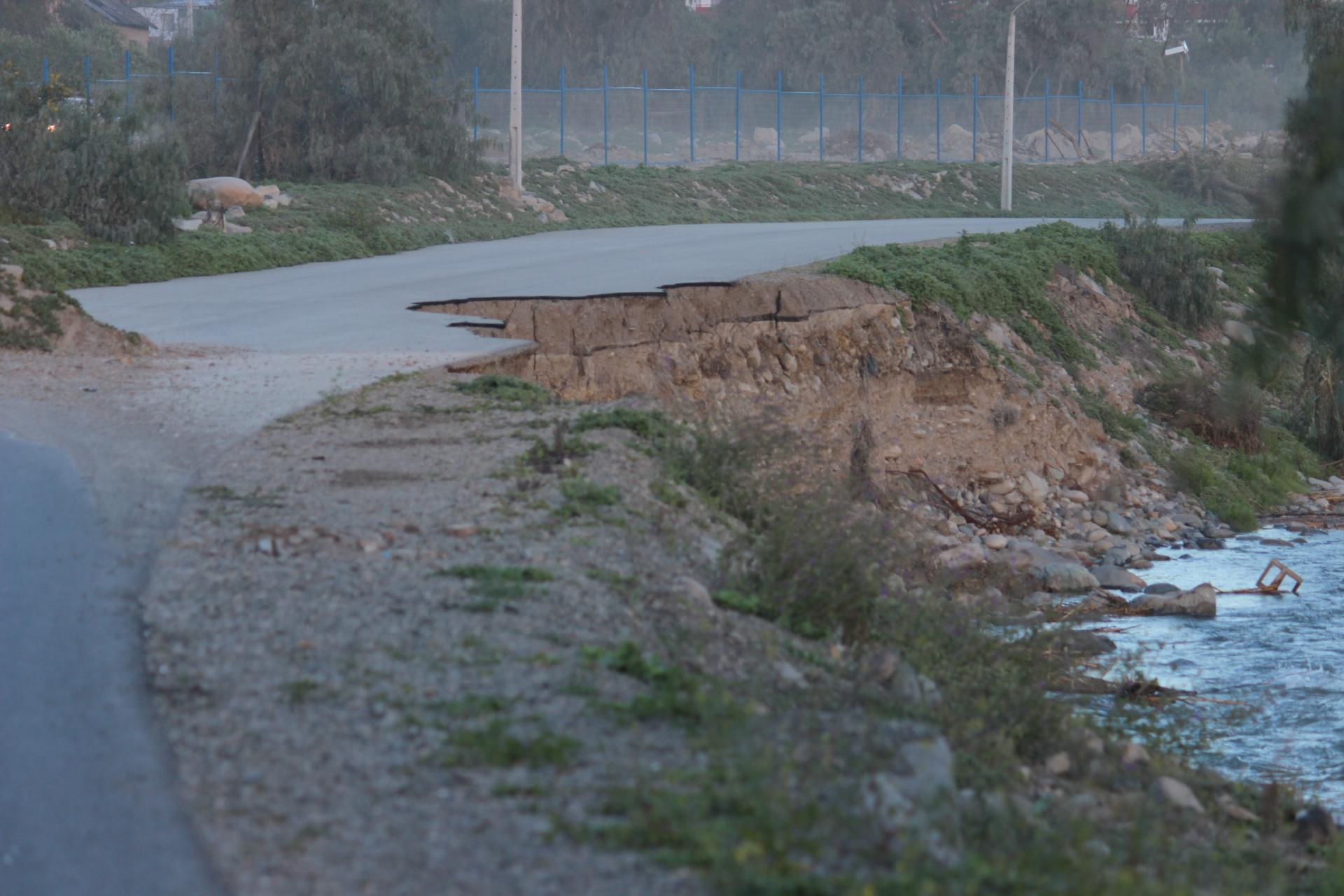 ¿Quién debe arreglar el camino que se llevó el río en el paseo ribereño?