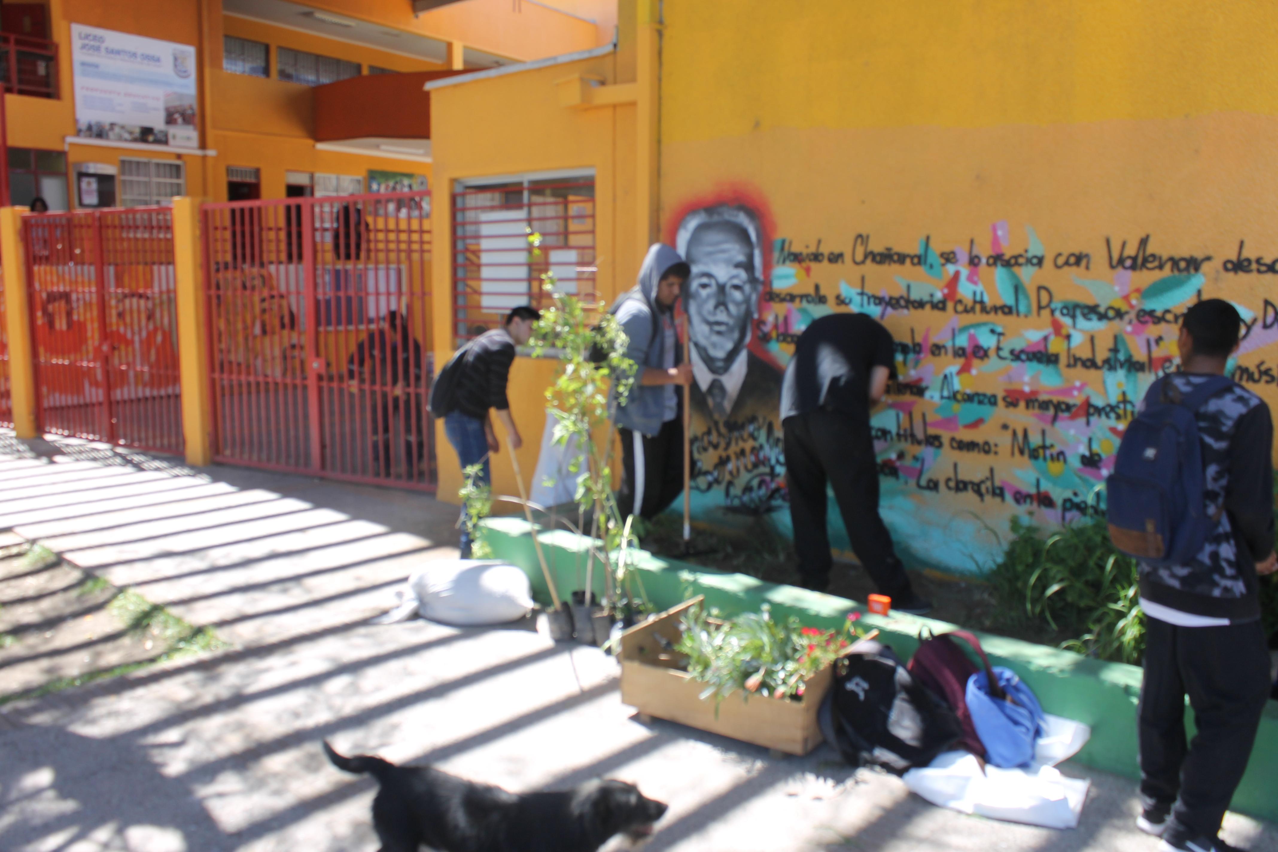 Estudiantes de Liceo José Santos Ossa ornamentan y arborizan establecimiento