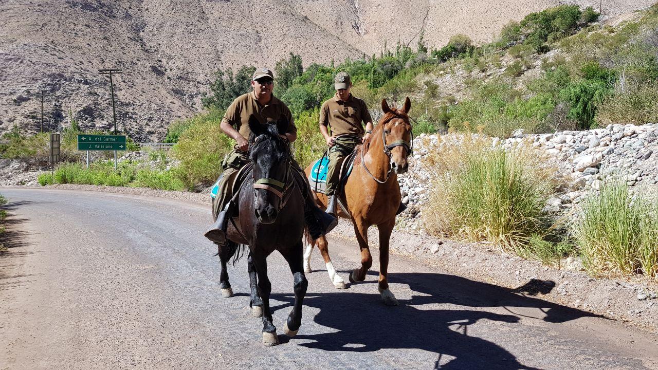 Carabineros montados patrullan el territorio fronterizo en Conay