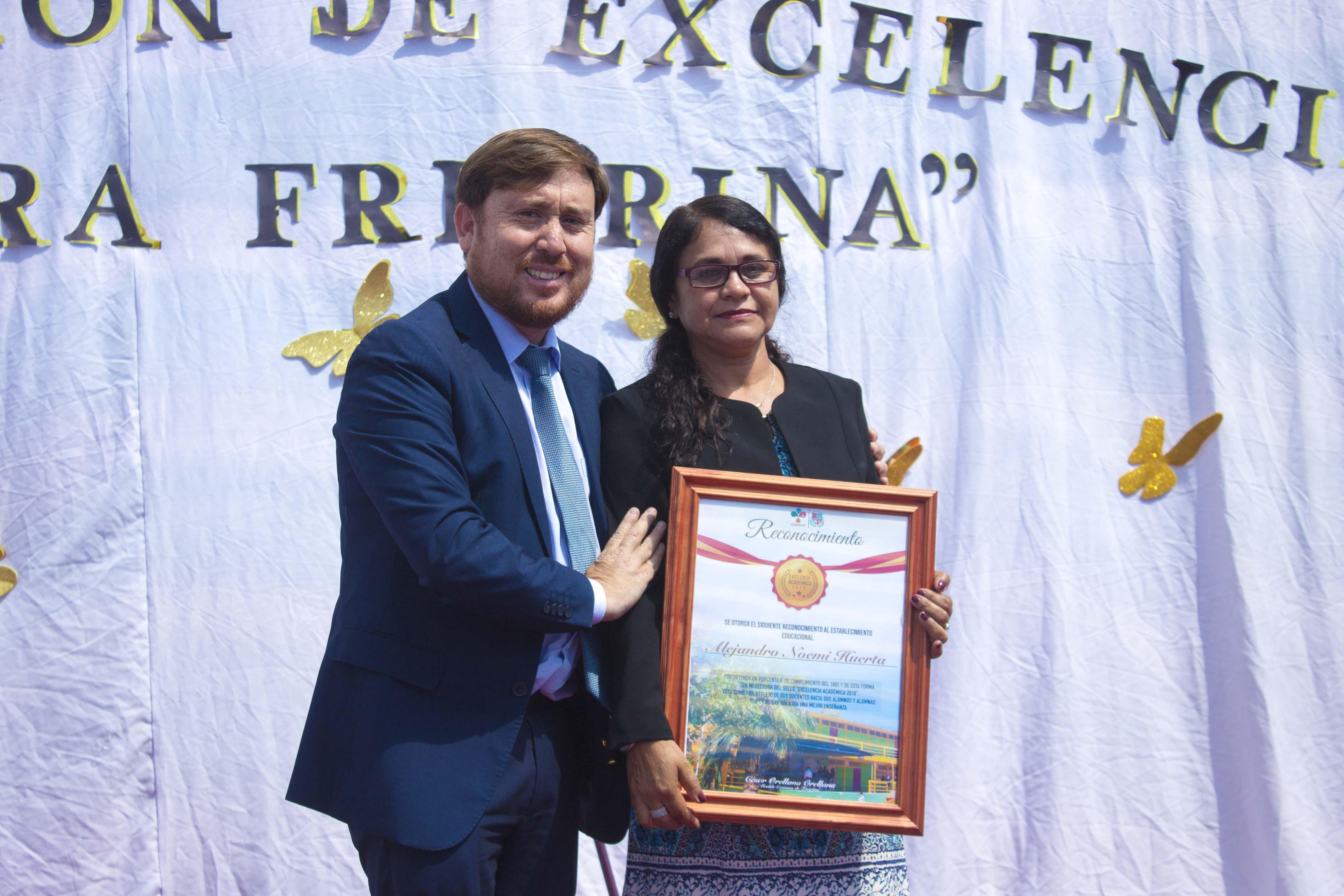 Entregan reconocimiento a escuela Alejandro Noemí Huerta por Excelencia Académica