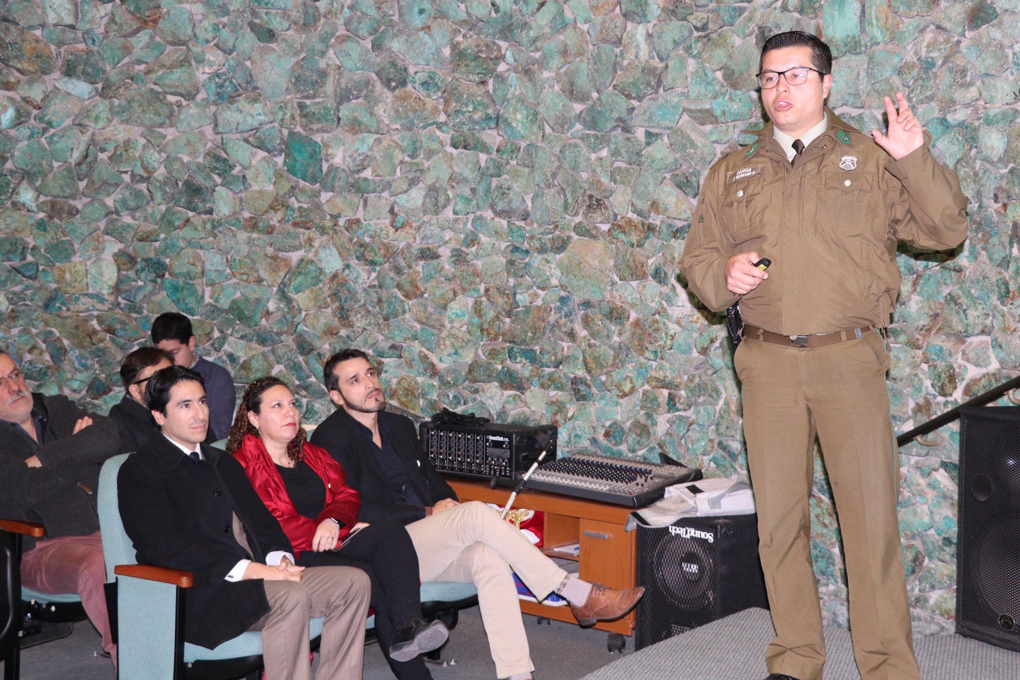 Carabineros y Gobernación realizan charla sobre seguridad y exponen servicio STOP en hospital