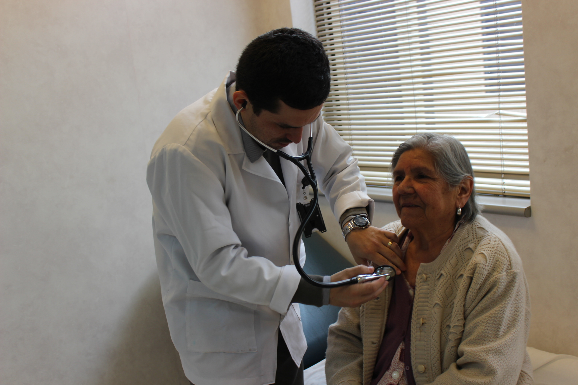 Especialista del HPH se perfecciona en Cardiología y realiza test de burbujas a pacientes con accidente cerebrovascular