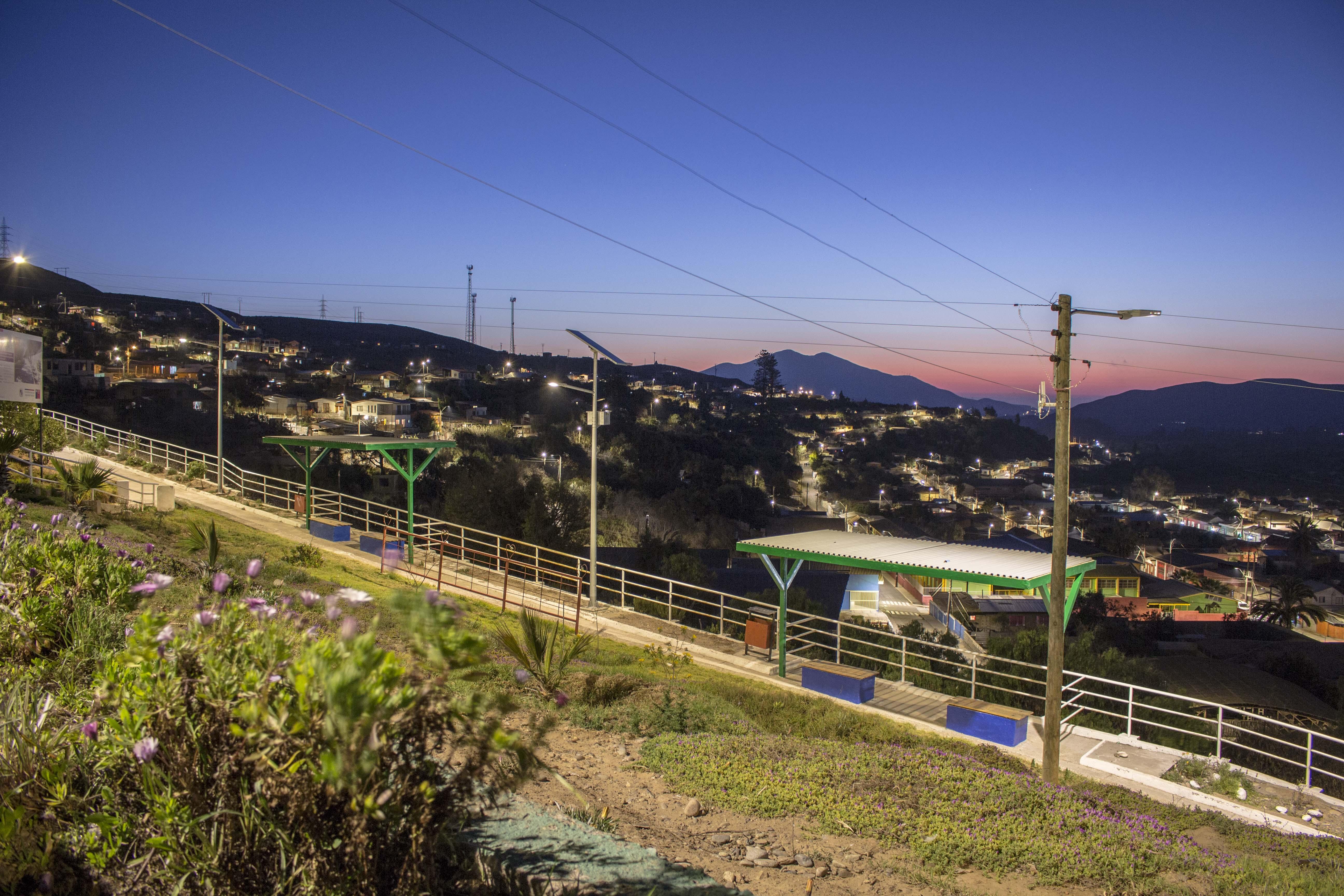 Autoridades inaugura en Freirina nueva iluminación peatonal