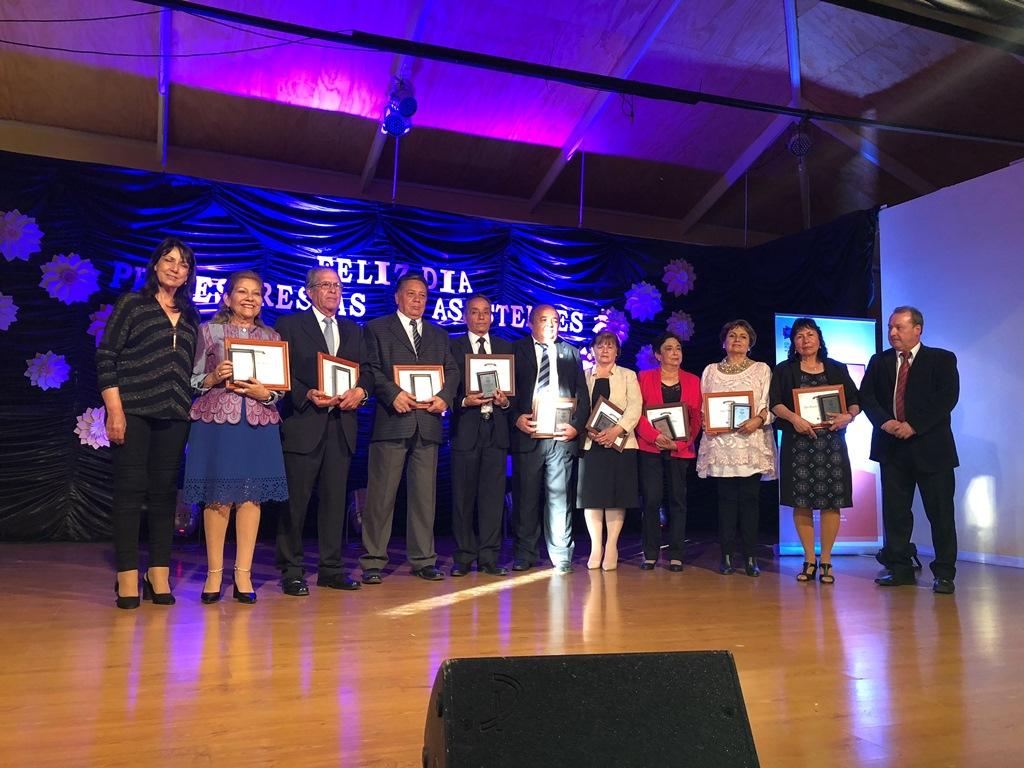 Entregan reconocimiento a profesores y asistentes de la educación que cumplieron más de 30 años al servicio de la educación en territorio de Huasco