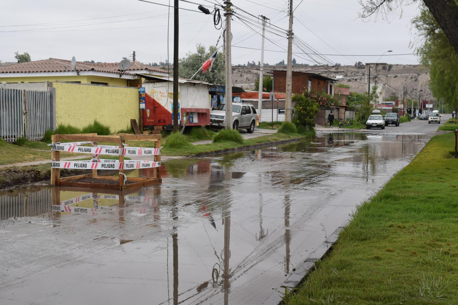 Municipalidad de Vallenar y Aguas Chañar buscan solucionar filtraciones en Avda. Matta