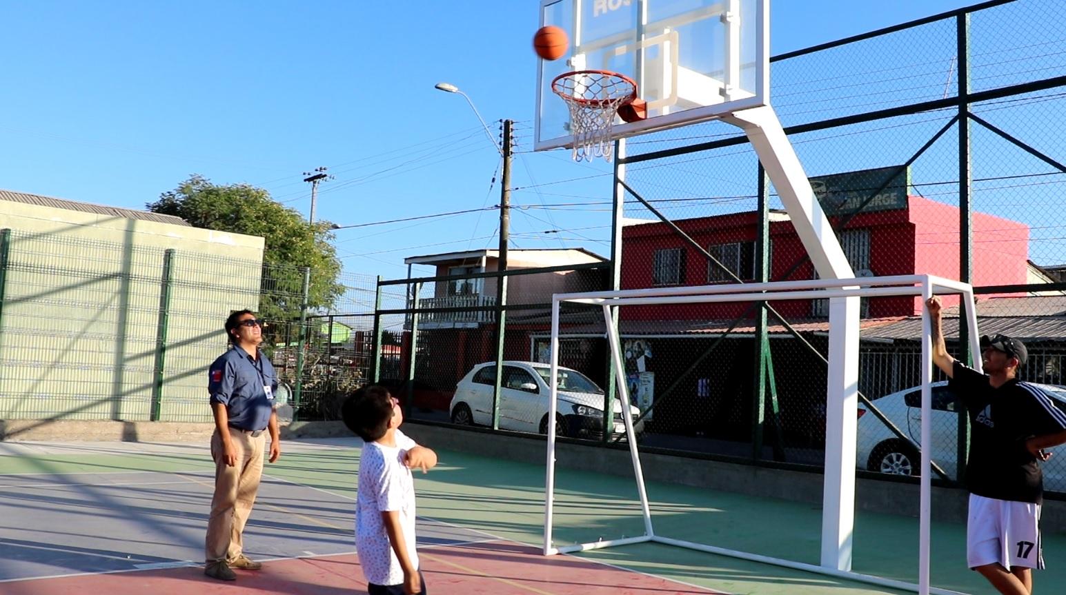 Gobierno entrega renovada multicancha en barrio canal ventanas oriente en Vallenar