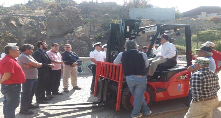 Pescadores y buzos mariscadores de Huasco recibieron grúa horquilla para faenas de caleta
