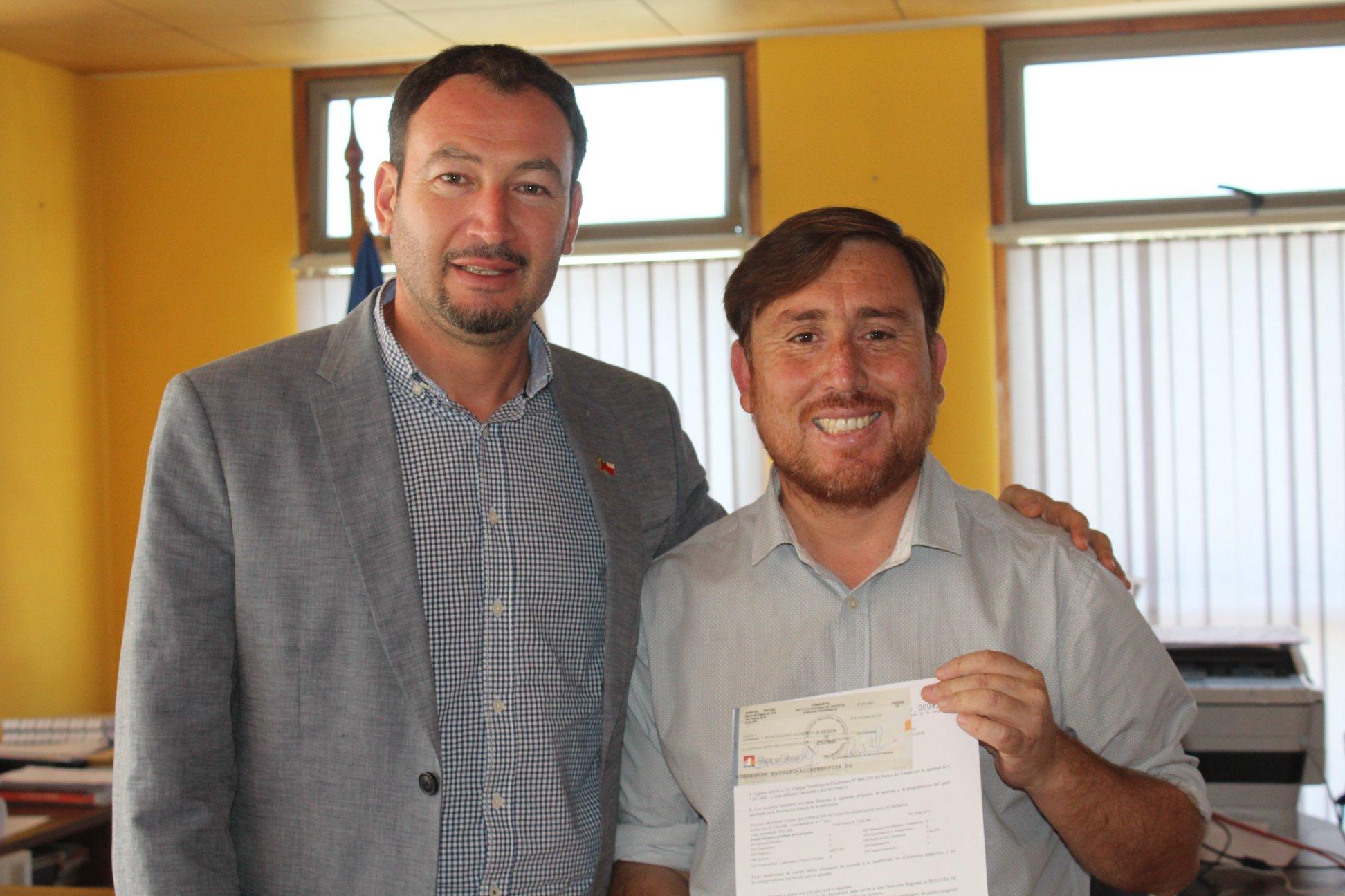 Municipio de Freirina recibe los recursos del Mindep para reparar su estadio techado