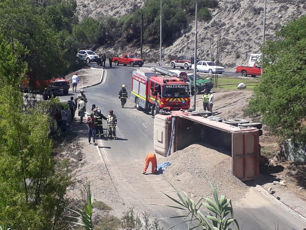 Camión con estabilizado volcó en by pass de puente Brasil en Vallenar