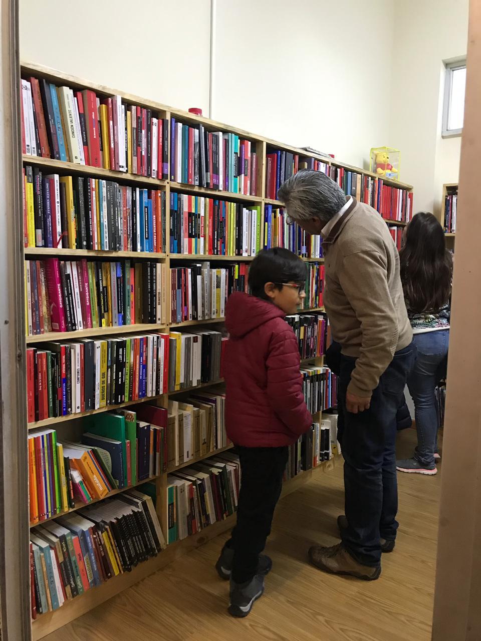 Chehueque: la librería que entrega espacio a escritores locales