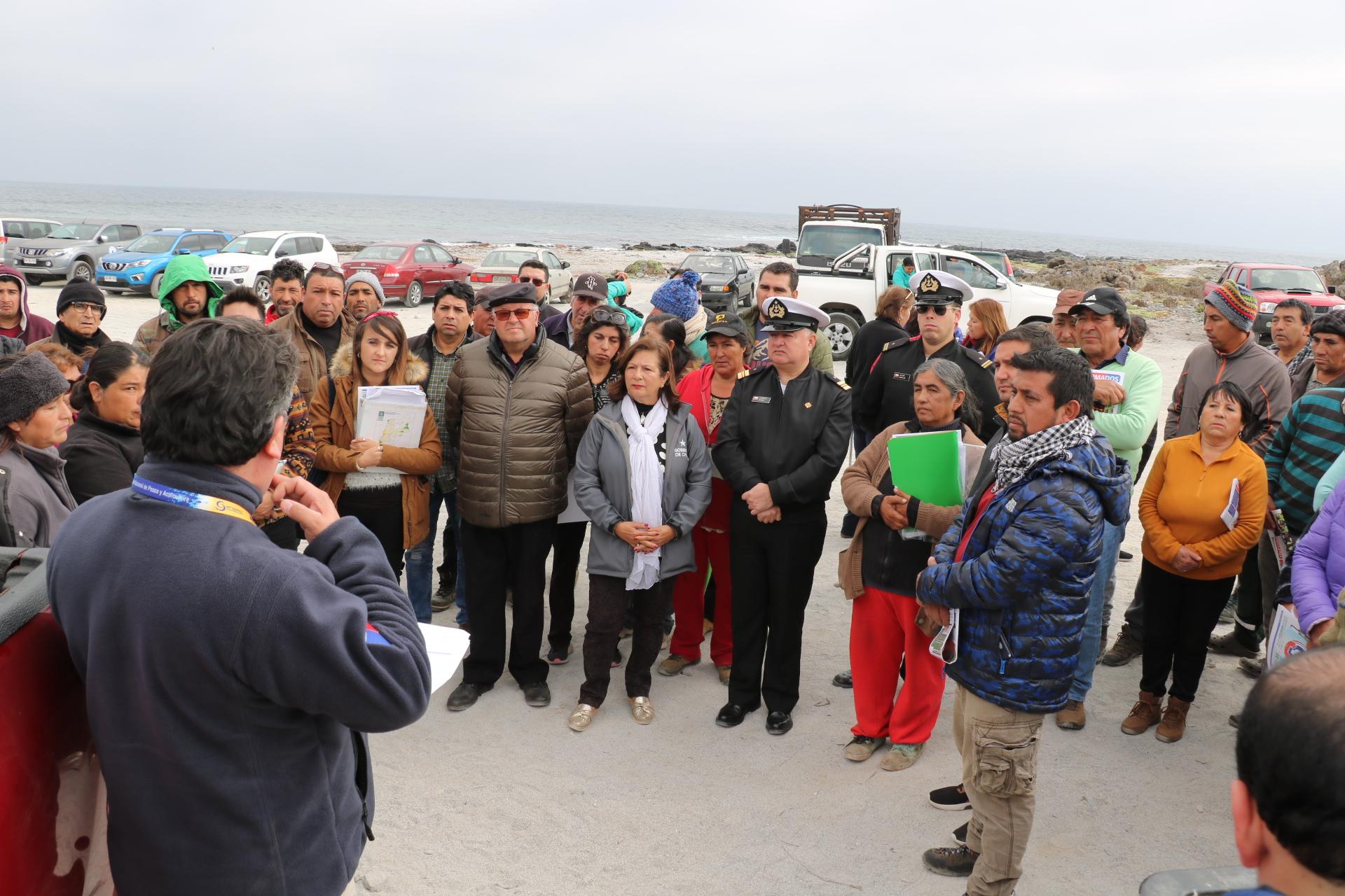 Gobernadora del Huasco Nelly Galeb se reunió con vecinos de Caleta Angosta