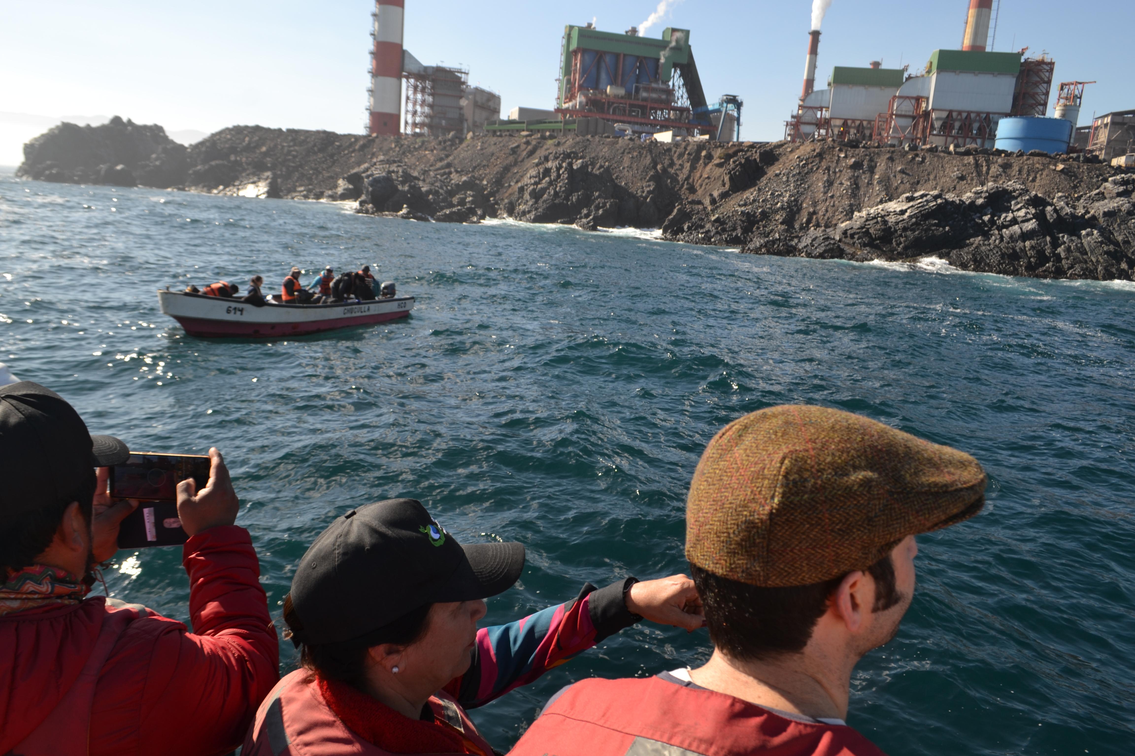 Autoridades regionales presenciaron toma de muestras durante monitoreo ambiental en la bahía de Huasco