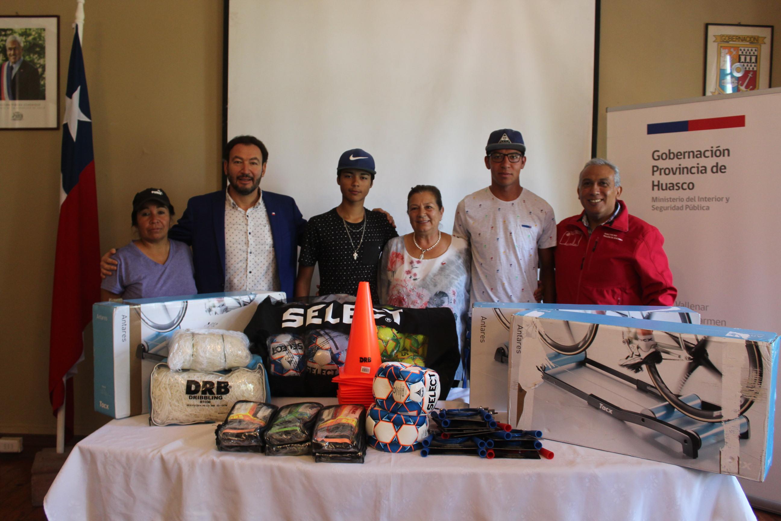 Clubes de Vallenar reciben implementación deportiva para realizar talleres formativos