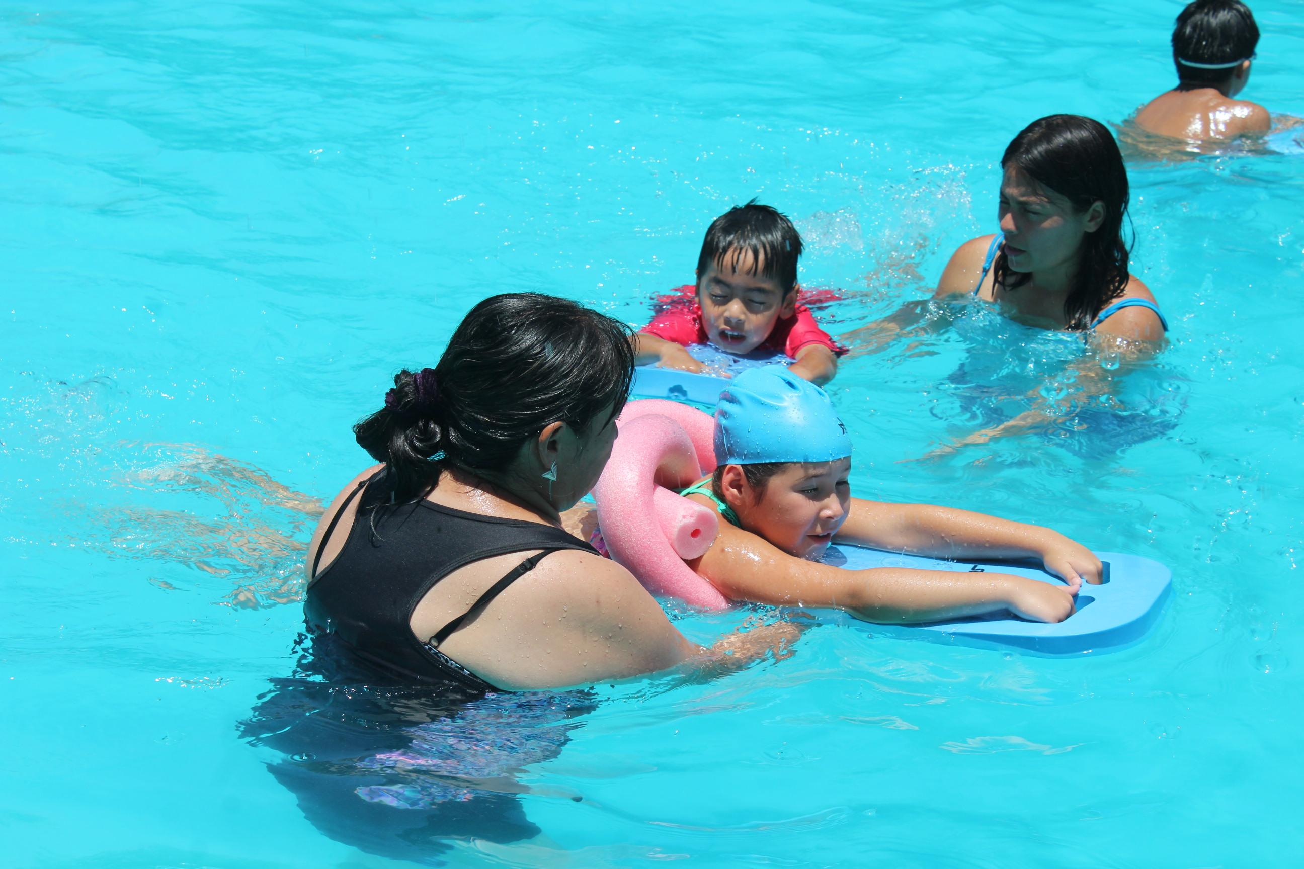 Niños y niñas aprenden a nadar en los talleres de seguridad en el agua del Mindep-IND