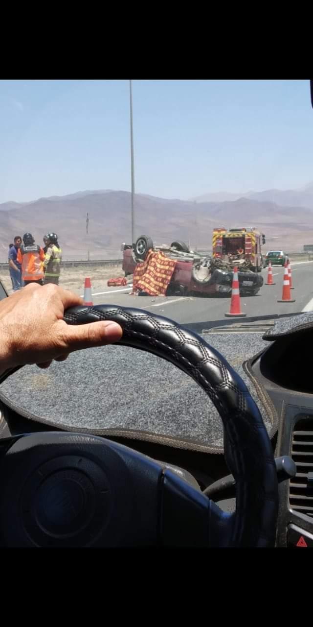 Un muerto y tres lesionados deja volcamiento de camioneta en Vallenar