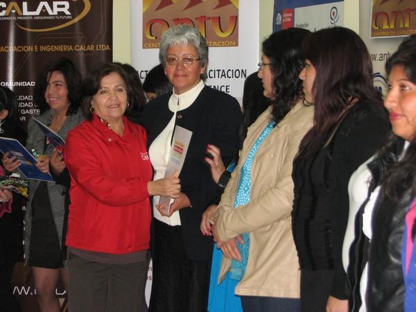 Mujeres certifican en oficio gracias a Fundación Prodemu