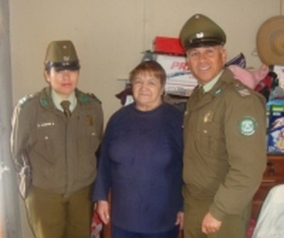Carabineros de Vallenar logran ayuda social para vecinas de población Carrera