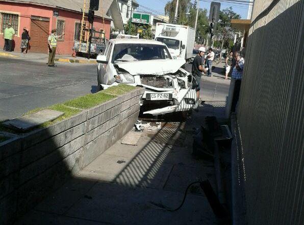 Violenta colisión de dos camionetas en esquina de Liceo Santa Marta