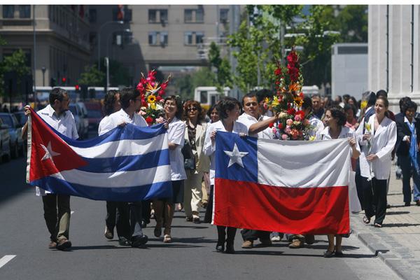Alcalde de Vallenar viaja a Cuba junto a senador Navarro a buscar médicos para trabajar en Chile