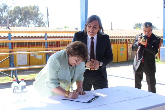 Ministra de Educación firma convenio para construir nueva escuela en Huasco