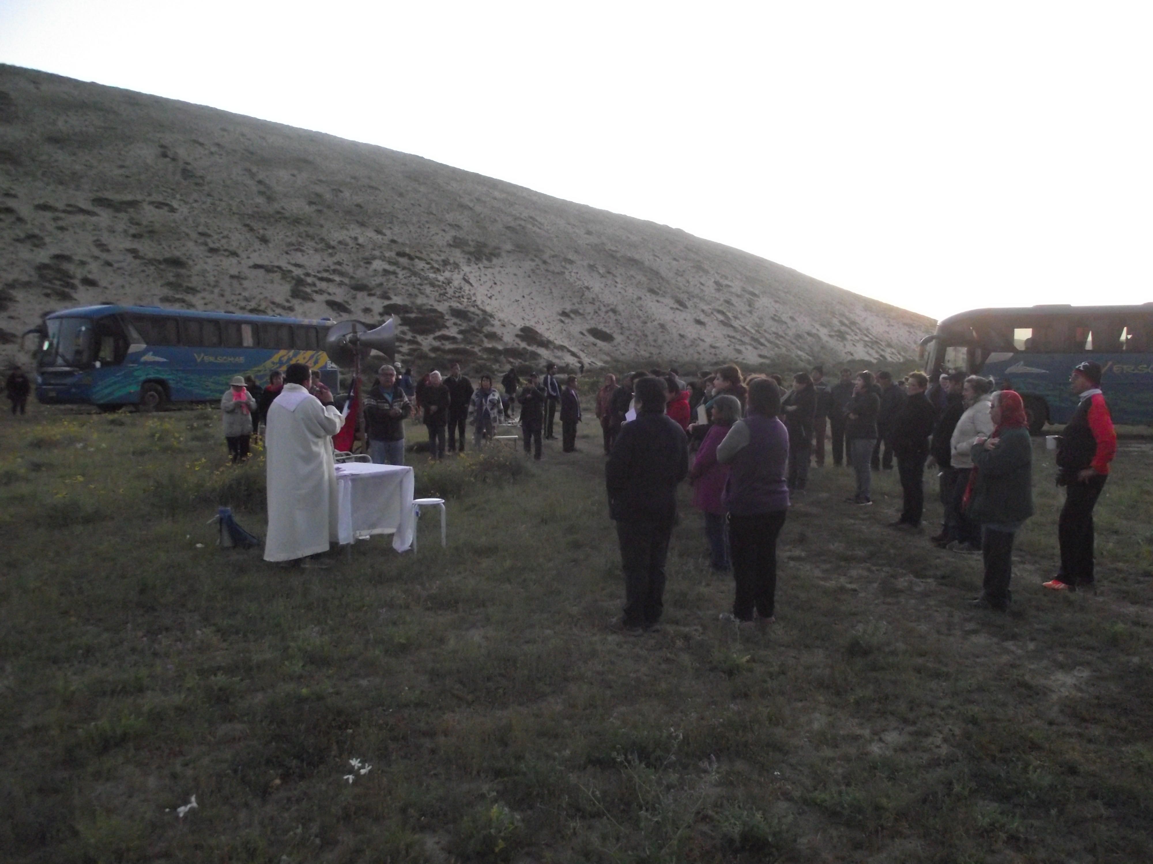 Fieles de parroquia Santa Cruz celebran con misa al Desierto Florido