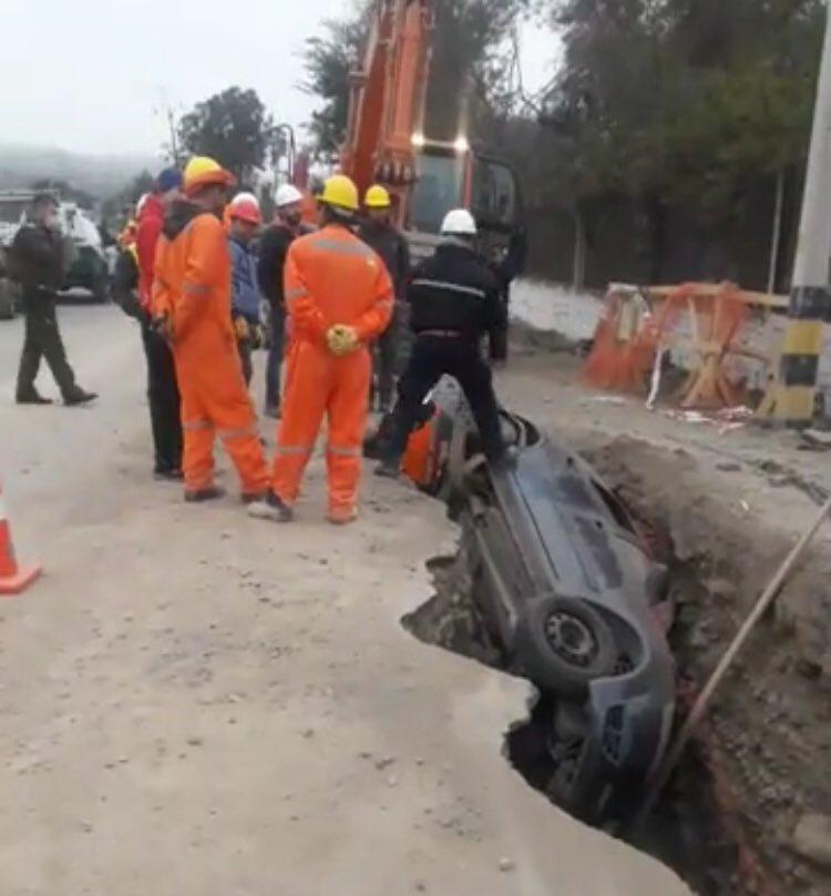 Vehículos caen en zanja de construcción de alcantarillados en Vallenar