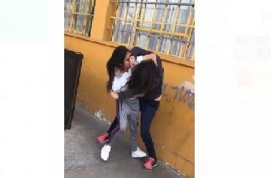 Graban pelea de escolares a plena luz de día en colegio de Vallenar
