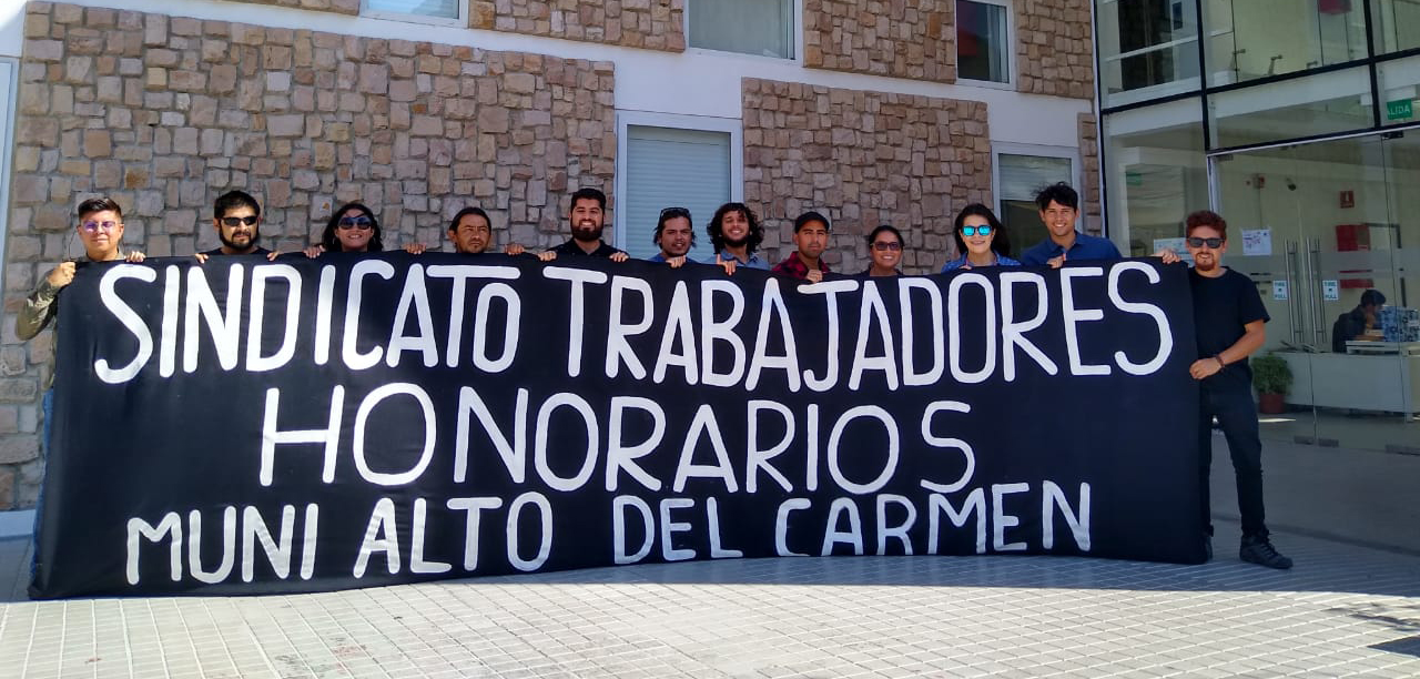 Funcionarios a honorarios de municipio de Alto del Carmen denuncian acciones antisindicales