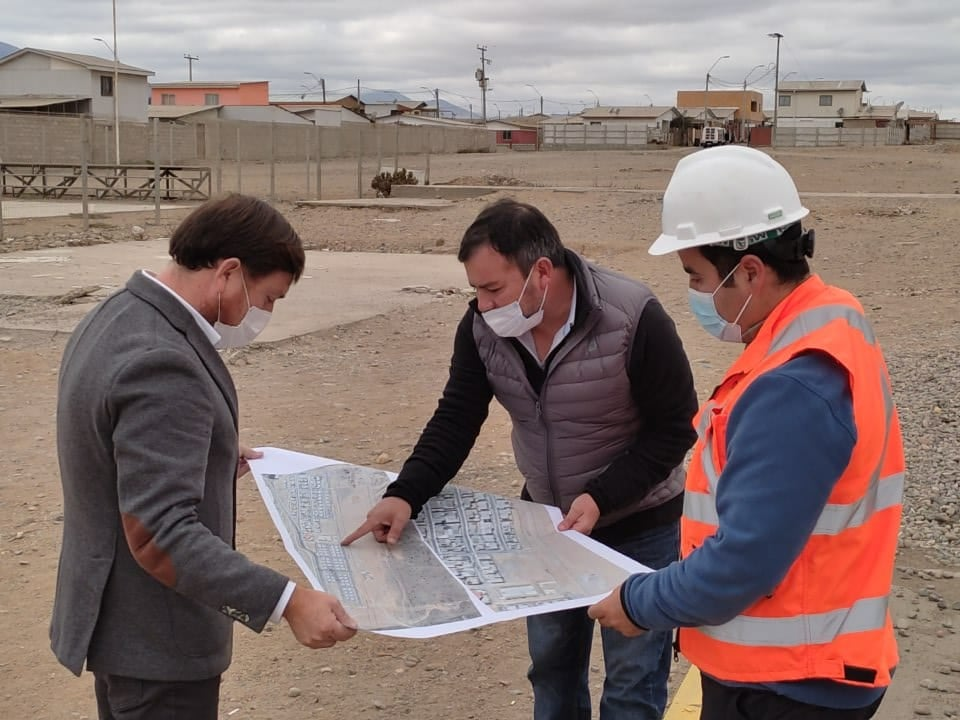 Una visita a terreno sostuvo el alcalde de Freirina, Cesar Orellana, junto al director de la Secplac, Carlos Escobar y la empresa sanitaria Nueva Atacama