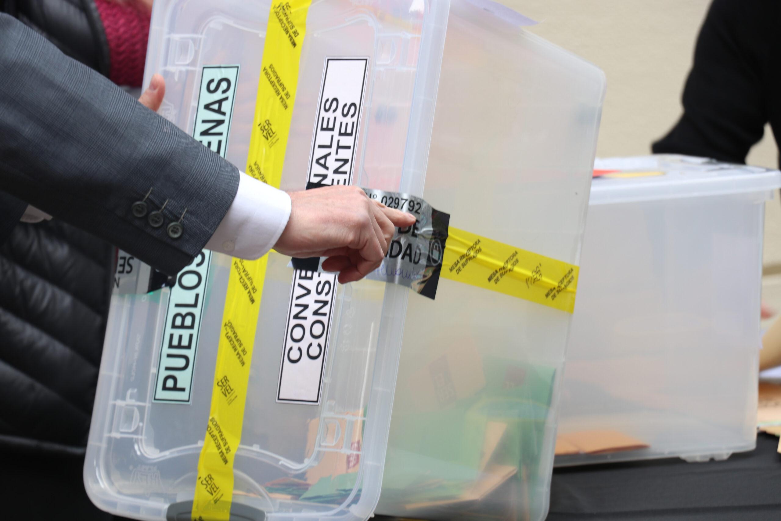 Servel exhibió el sellado y custodia de urnas y votos para la noche de este 15 de mayo