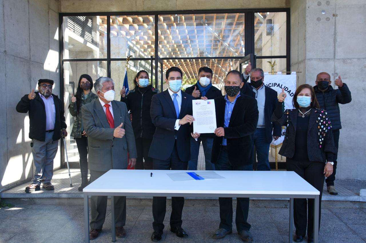 Intendente Urquieta junto al Alcalde Flores firman convenio de mandato para construir un nuevo cementerio para Vallenar