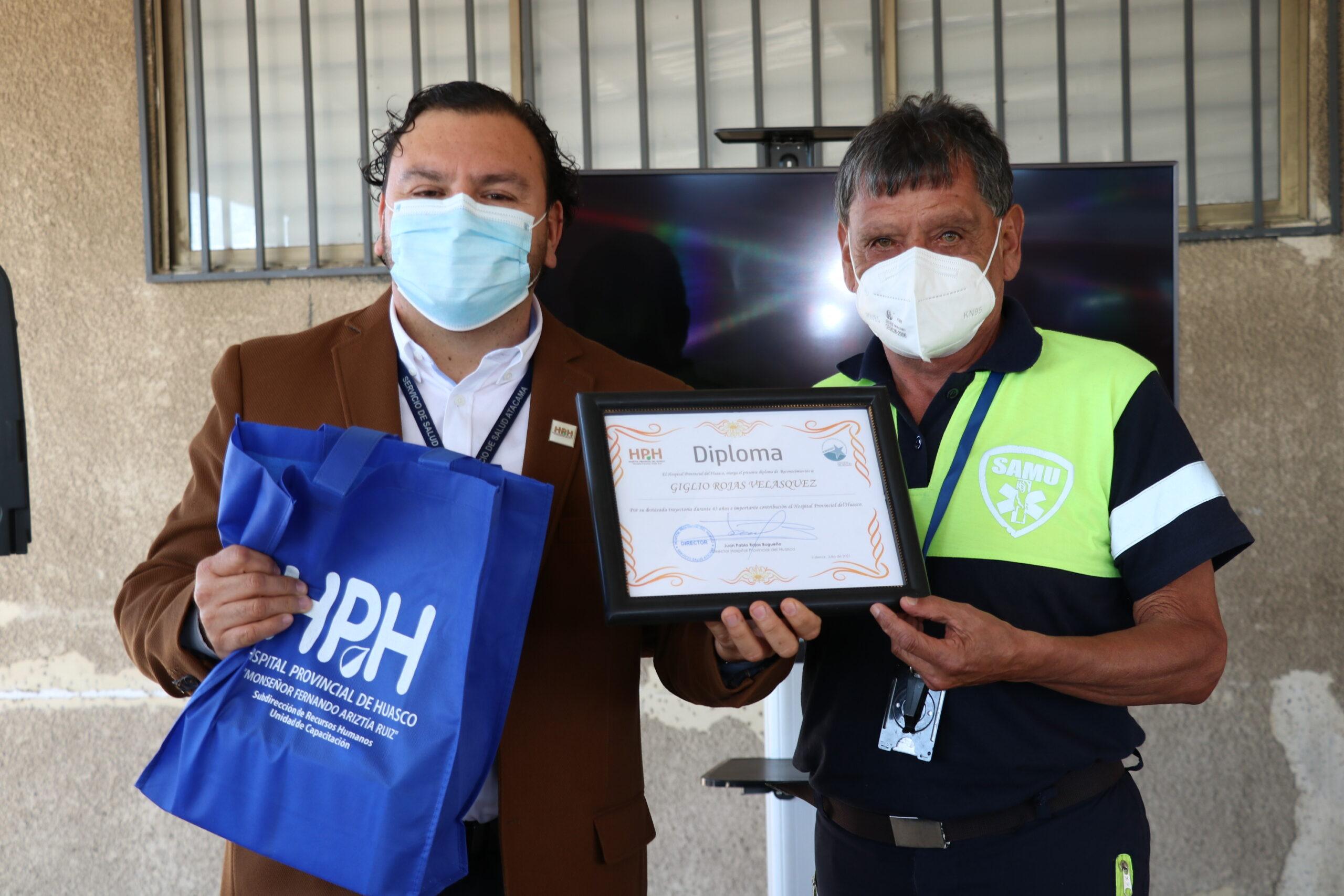 Hospital reconoce a emblemáticos conductores de ambulancia que se acogen a jubilación