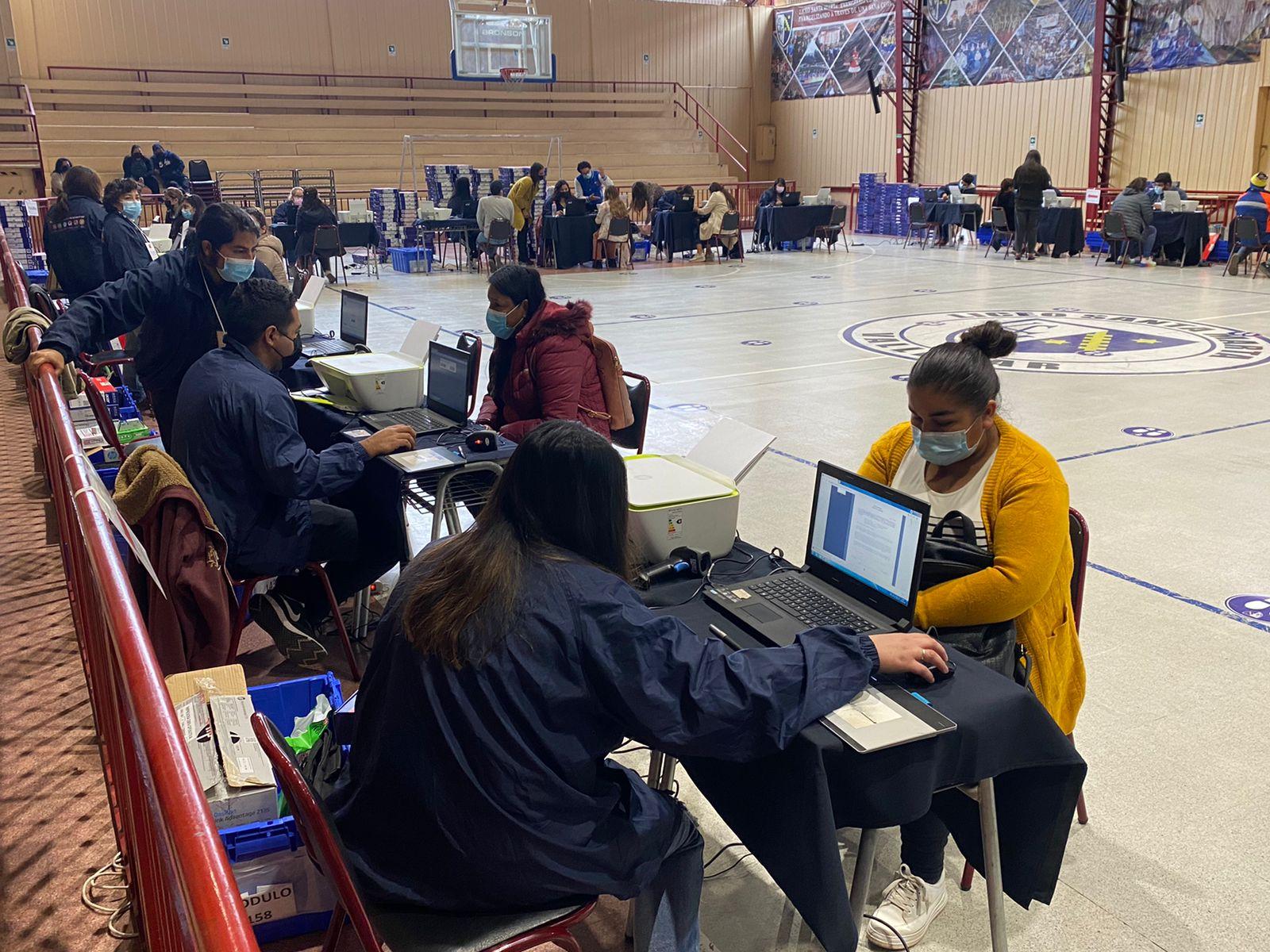 Estudiantes de 7º básico de Vallenar recibieron computadores de Becas Tic's